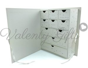 отворена кутия за спомени с чекмеджета