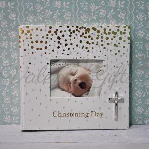 Албум за снимки, със снимка на корицата и кръстче