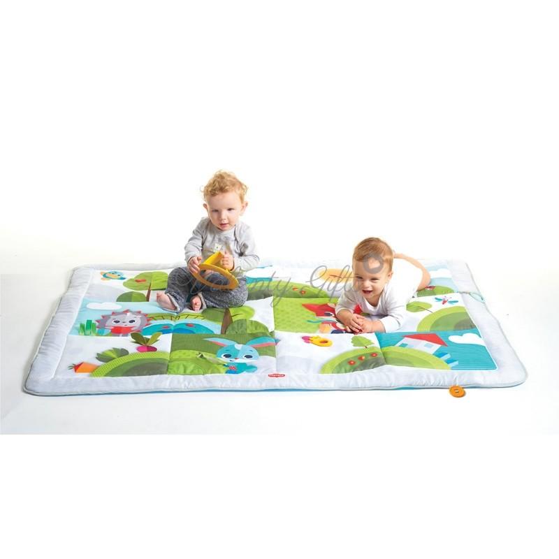 Две бебета върху килимче за игра tiny love super mat