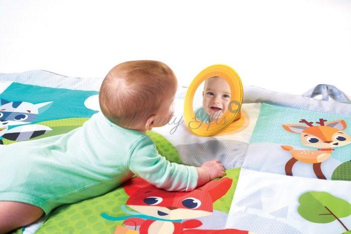 Бебе и огледало върху килимче за игра Tiny Love