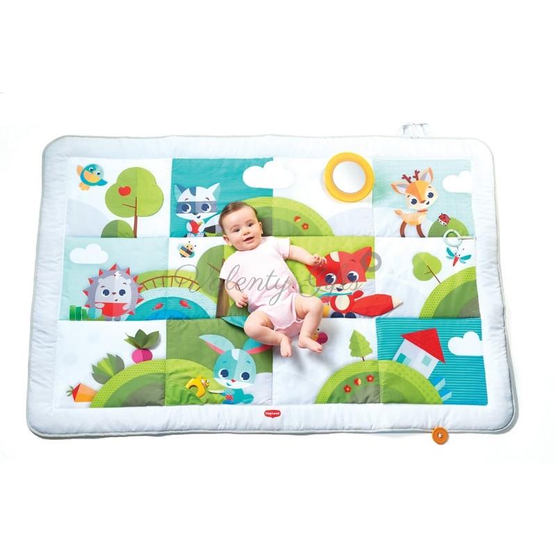 Бебе върху цветно бебешко килимче за игра Tiny Love