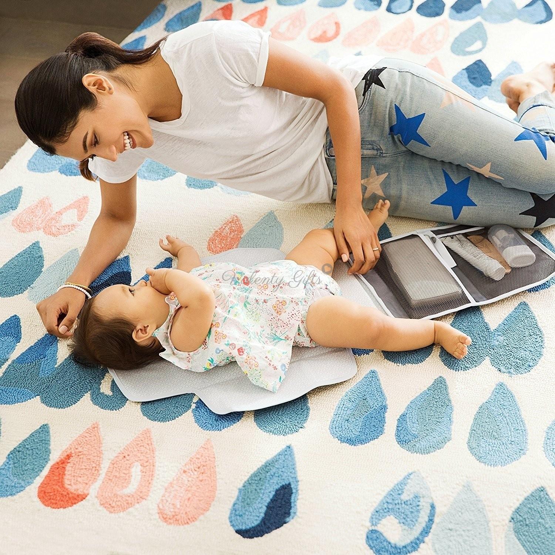 майка и бебе със сет за смяна на пелени Munchkin