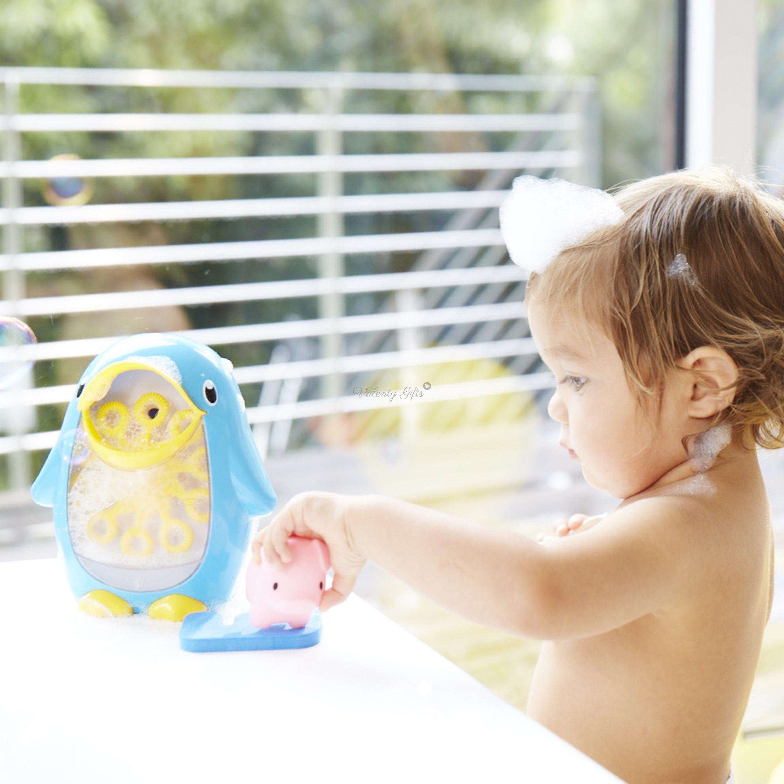 Дете играе със синя играчка пингвинче Munchkin