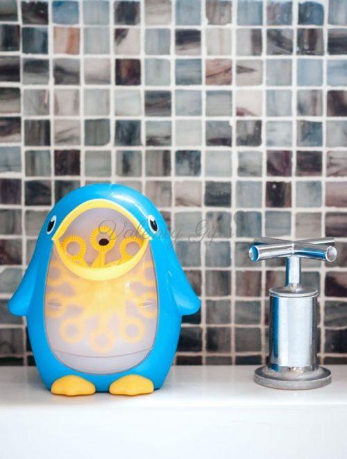 Играчка синьо пингвинче Munchkin, машина за балони
