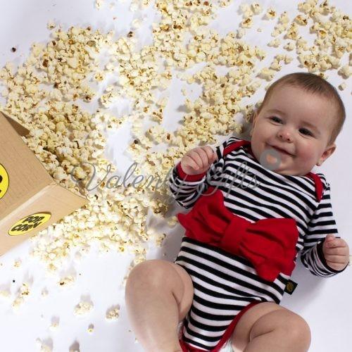 Бебе с боди на черно бели райета и червена панделка