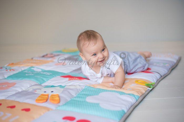 Бебе върху килимче за игра Taf Toys I love Big Mat